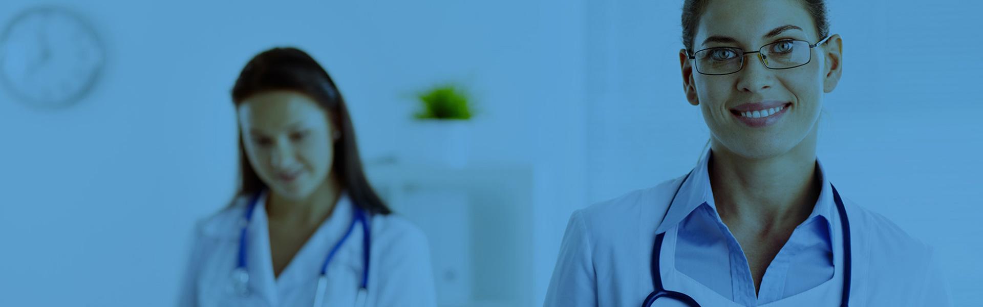 médica sorrindo, usando óculos, com estetoscópio no pescoço no hospital ou clínica