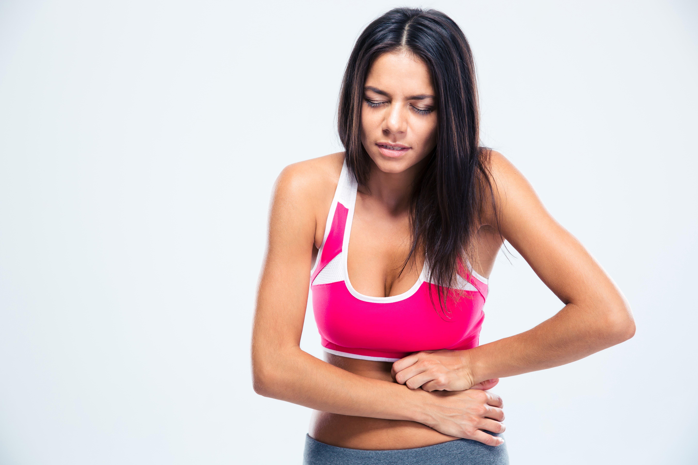 Um dos principais sintomas da intolerância alimentar são as dores na barriga